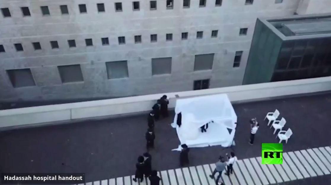 بالفيديو.. حفلة زفاف أمام نوافذ مستشفى في القدس