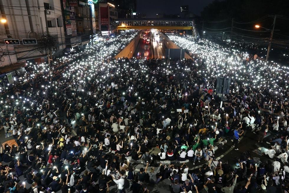 شرطة تايلاند تحقق في محتوى أربع وسائل إعلام والآلاف يتظاهرون مجددا