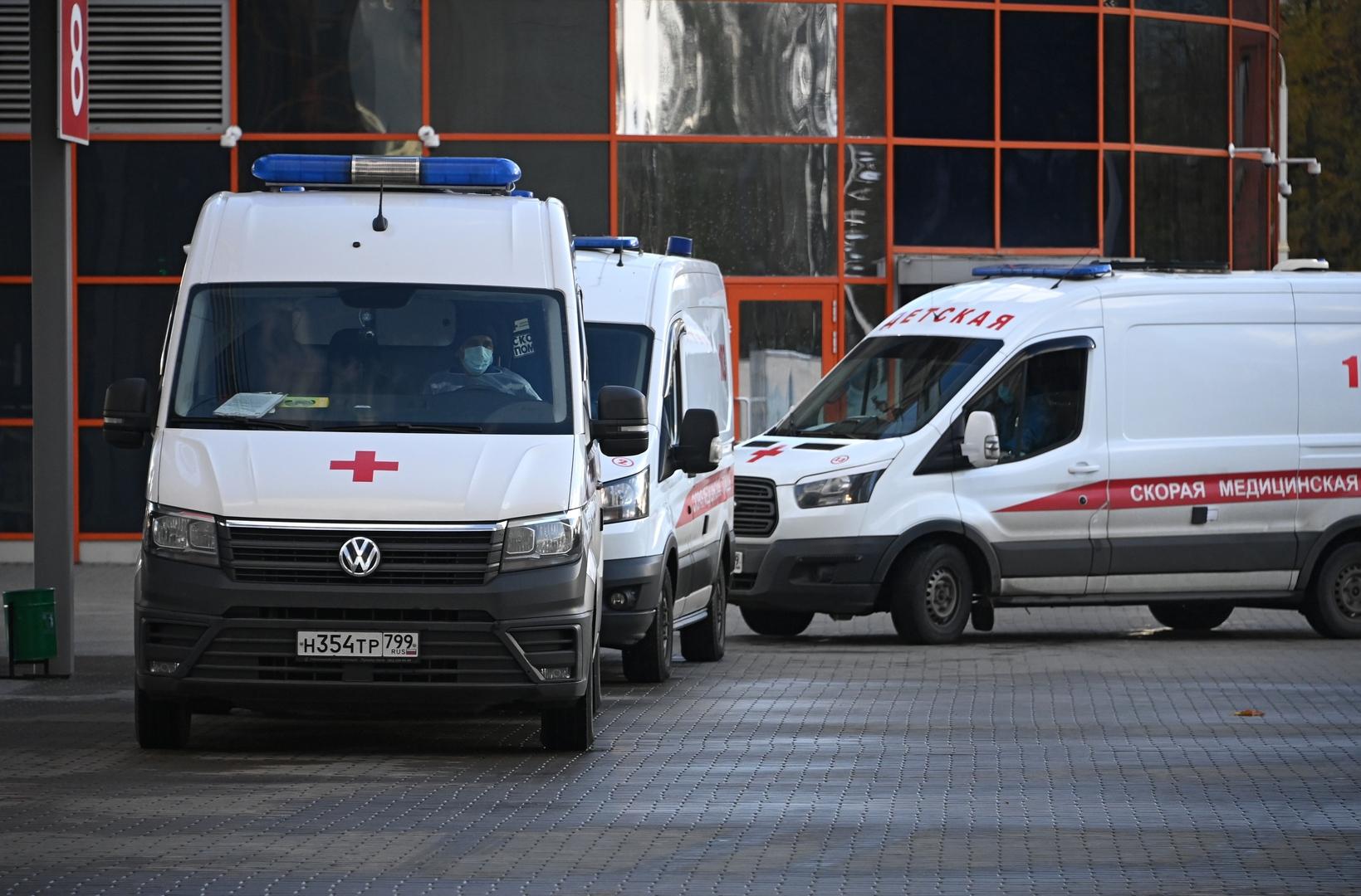 سيارات إسعاف أمام مستشفى لعلاج المصابين بفيروس كورونا في موسكو.