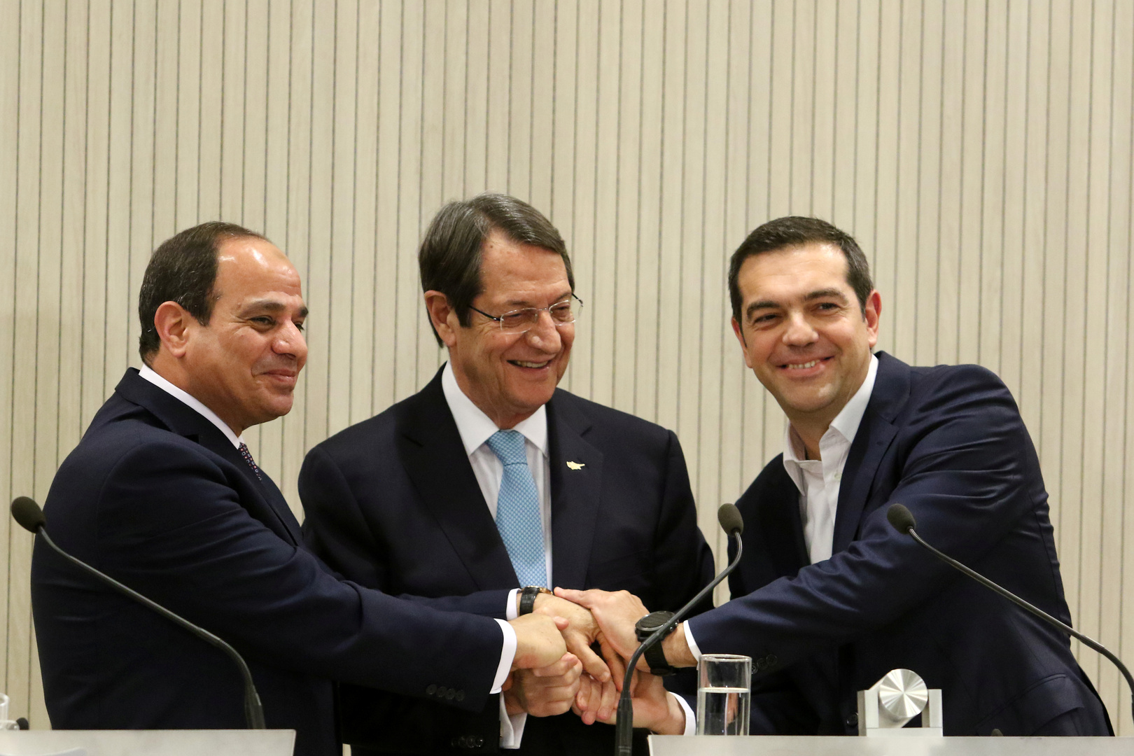 الرئيس المصري والرئيس القبرصي ورئيس الوزراء اليوناني يتصافحون
