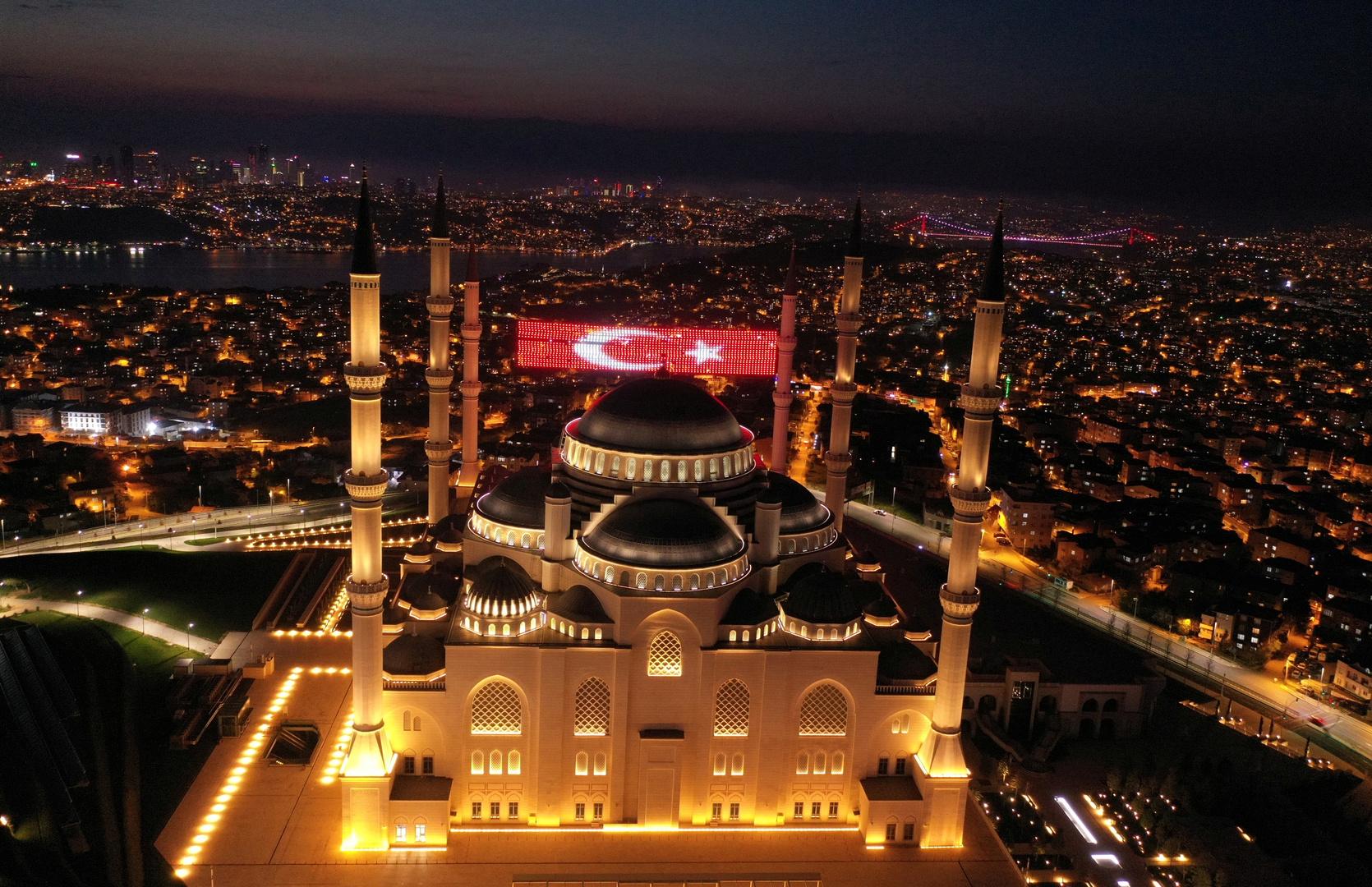علم تركيا فوق مسجد في اسطنبول.