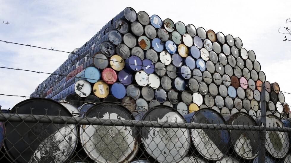 أسعار النفط تهبط بعد تقرير عن المخزونات ينبئ بطلب ضعيف