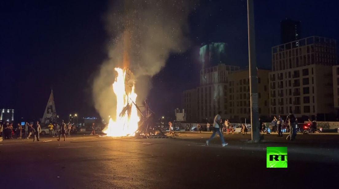 بالفيدبو.. مظاهرات في بيروت وإضرام النار في تمثال قبضة الثورة