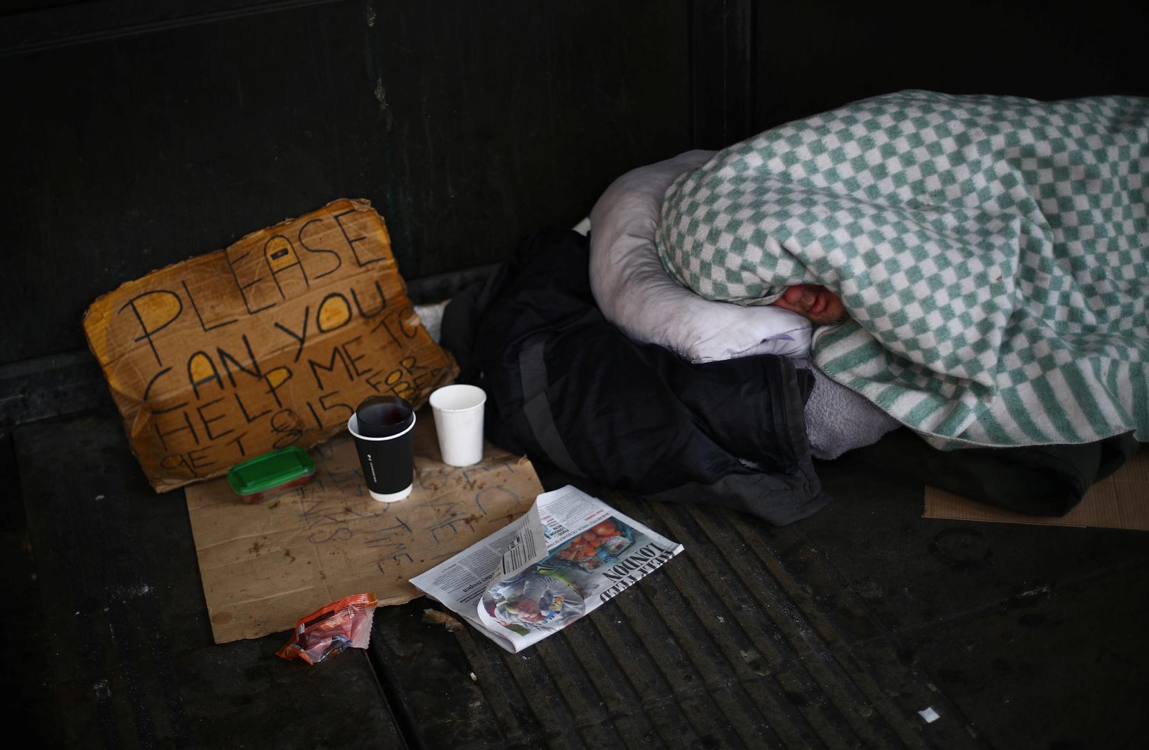 مشرد نائم في أحد شوارع لندن