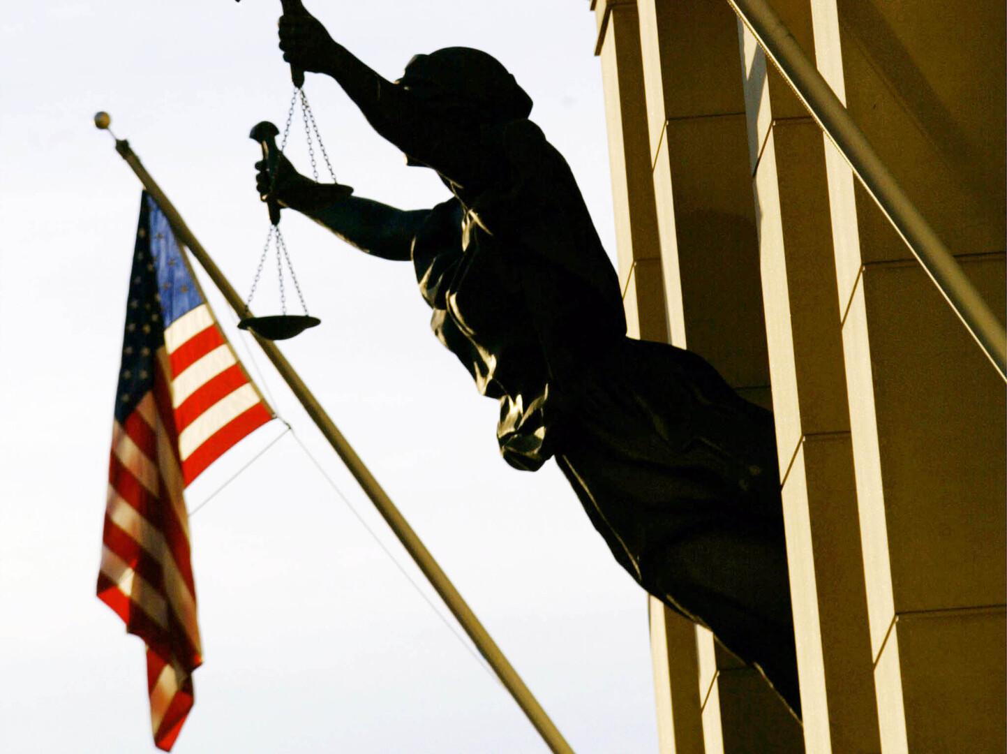 القضاء الأمريكي يسقط إحدى تهم الشرطي المسؤول عن مقتل جورج فلويد