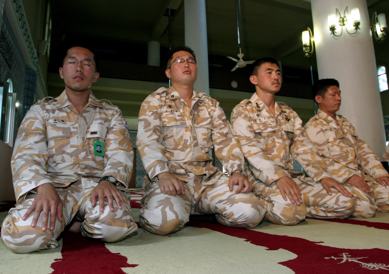 جنود مسلمون كوريون جنوبيون يصلون في سيئول. أرشيف.