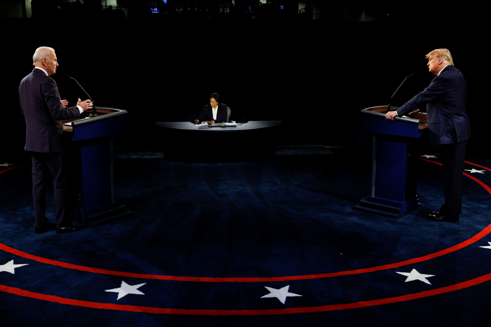 الديمقراطي جو بايدن متحدثا إلى منافسه الجمهوري دونالد ترامب في آخر مناظرة انتخابية.