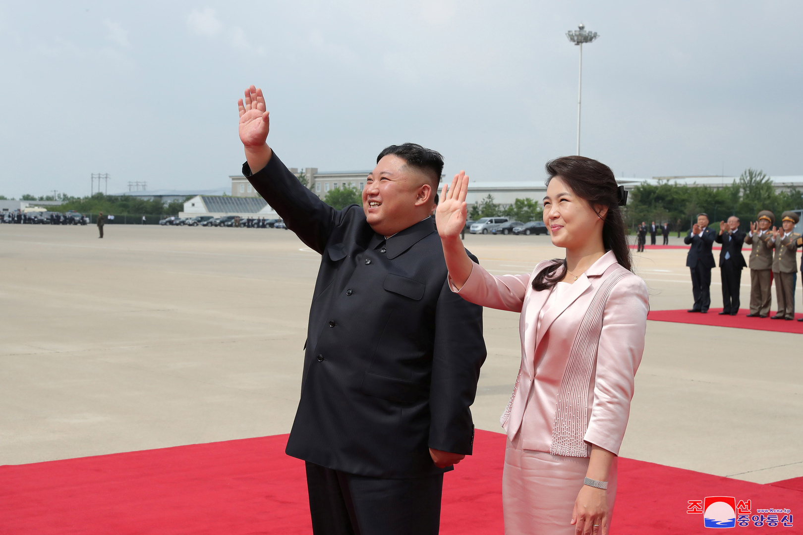 الزعيم الكوري الشمالي كيم جونغ أون مع زوجته ري سول جو (صورة من الأرشيف)