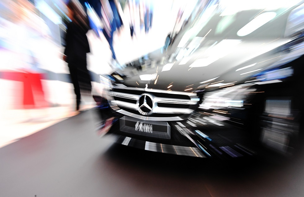 مدون روسي يحرق سيارته المرسيدس بقيمة13 مليون روبل