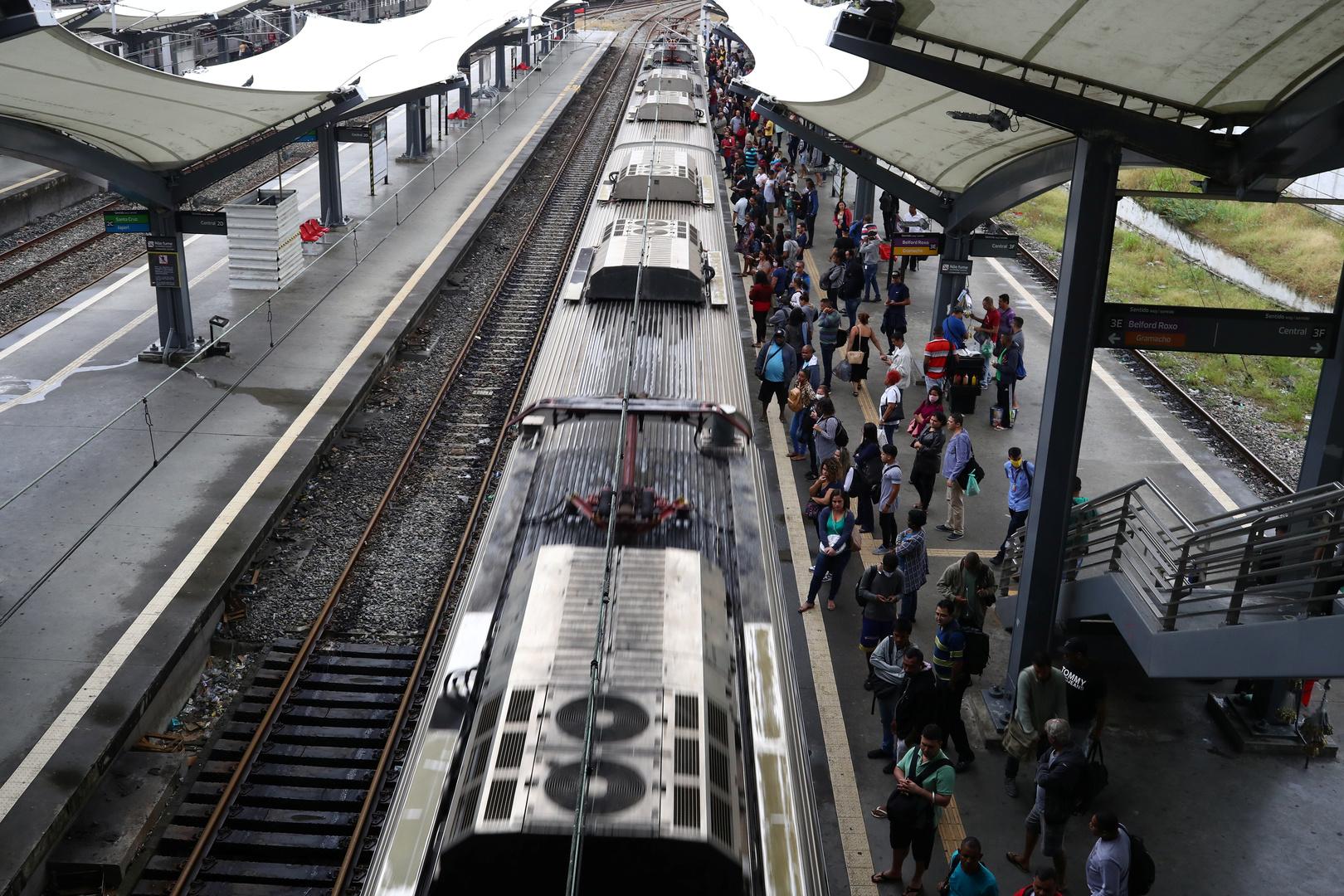 البرازيل.. امرأة تنجو من الدهس تحت القطار