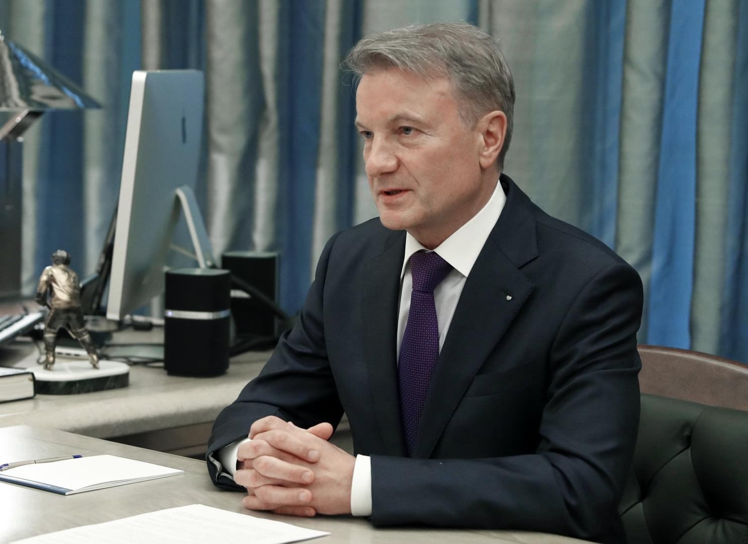 رئيس أكبر بنك روسي يتلقى لقاحا ضد فيروس كورونا