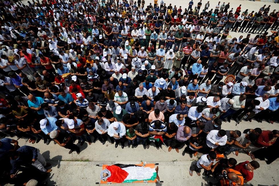 الضفة الغربية.. المئات يشيعون جثمان فتى تضاربت روايات مقتله