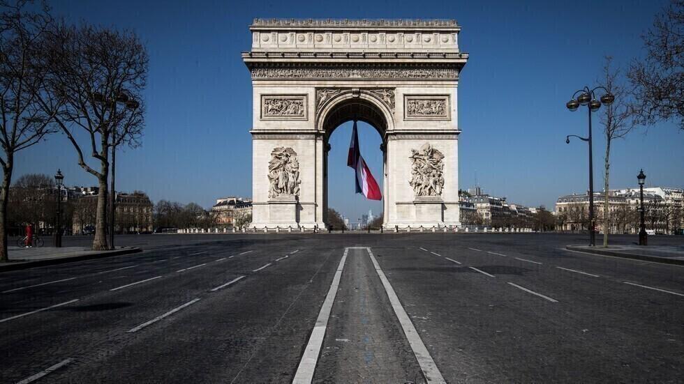 قوس النصر في باريس وشوارع خالية من الناس بسبب انتشار فيروس كورونا.