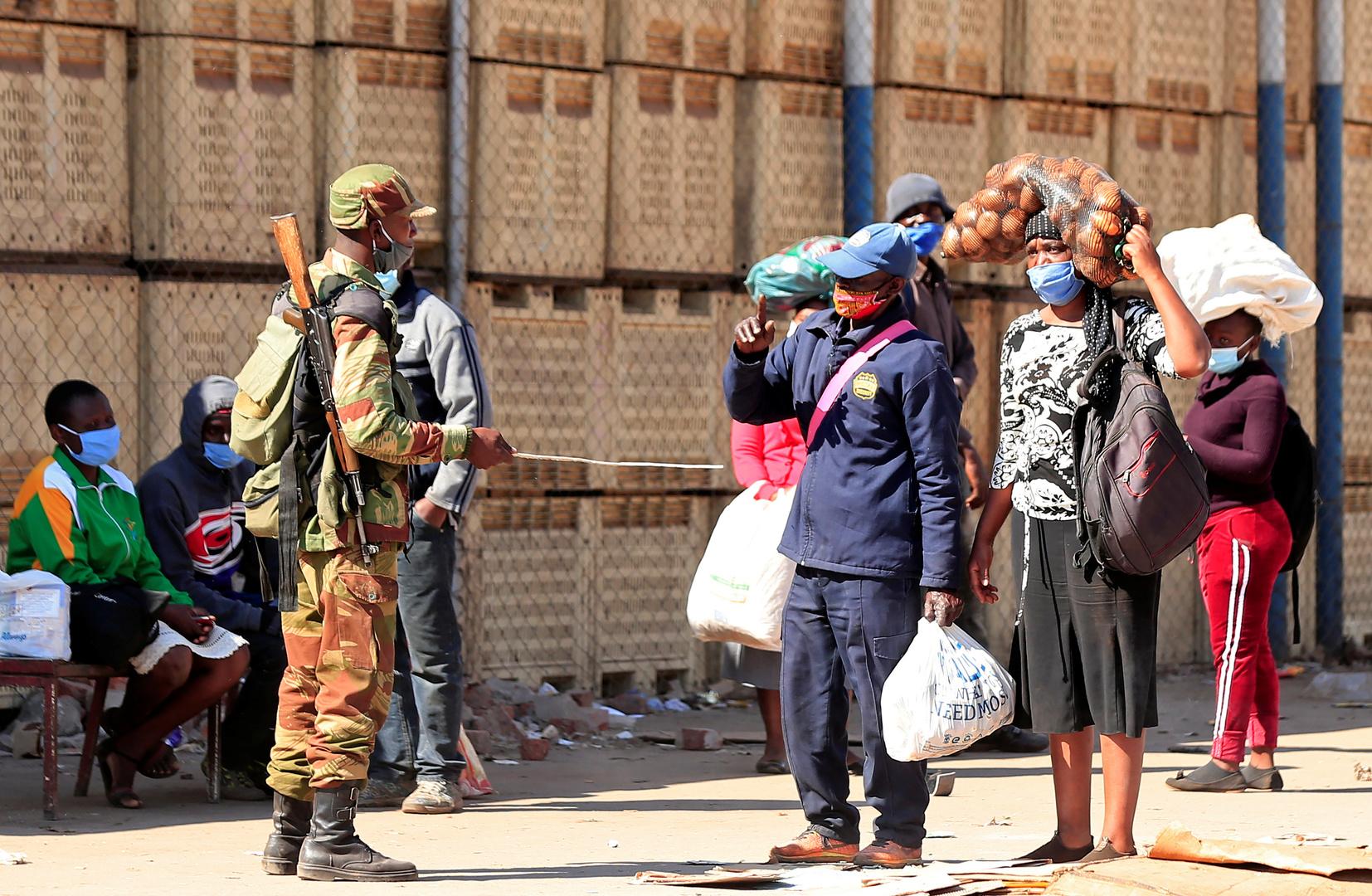 أشخاص في أحد الشوارع في زيمبابوي