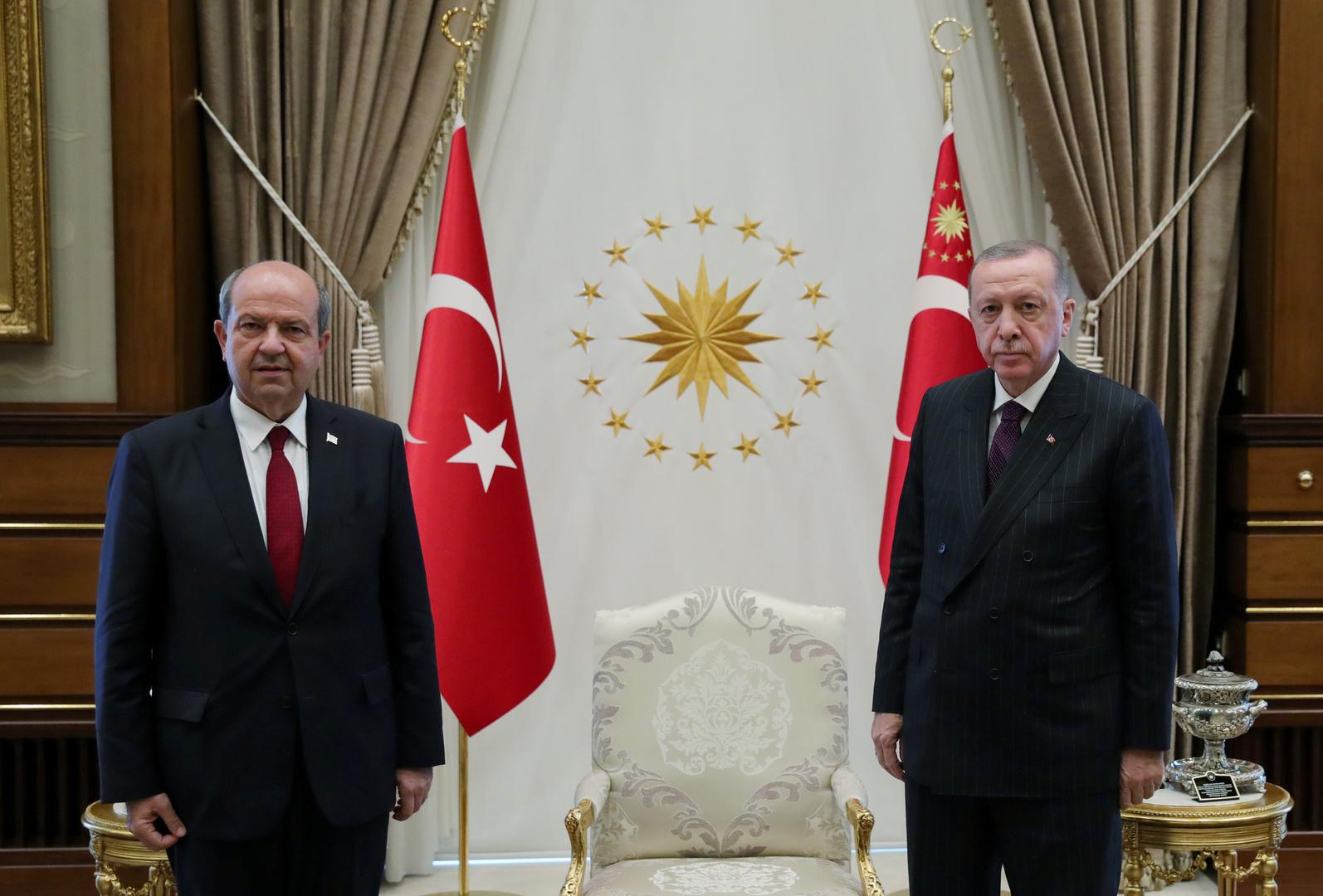 الرئيس التركي رجب طيب إردوغان ورئيس جمهورية شمال قبرص المعترف بها من طرف تركيا أرسين تتار. الصورة: أرشيف.