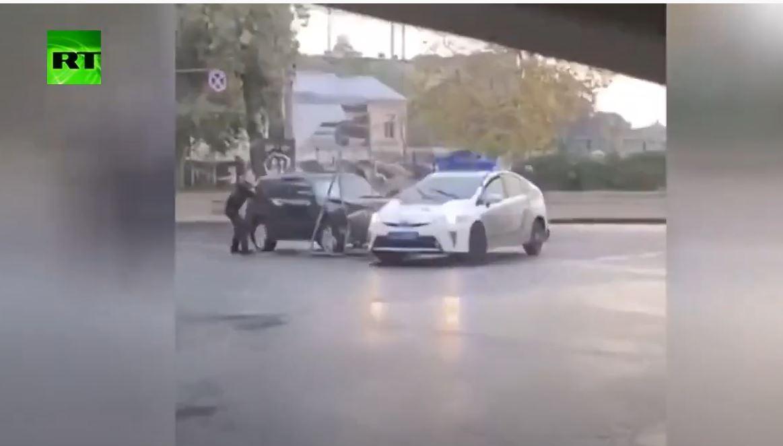 شاهد.. سائق سيارة مسروقة يتسبب بحوادث سير ويصطدم بسيارة الشرطة