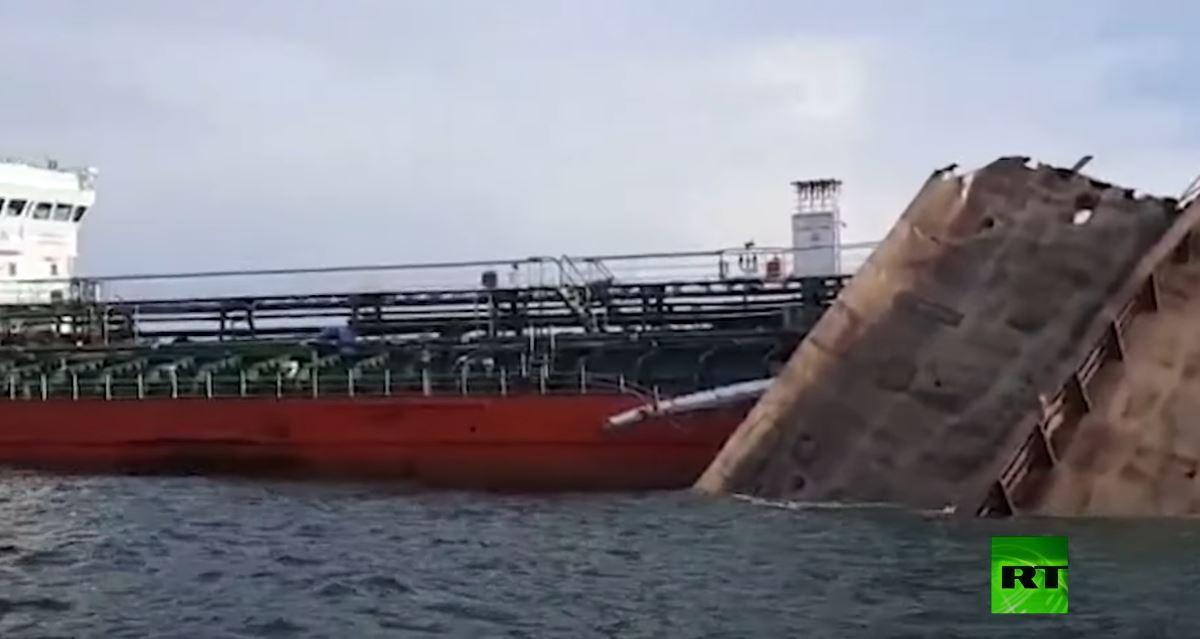 مشاهد لناقلة النفط الروسية المتضررة جراء الانفجار على متنها
