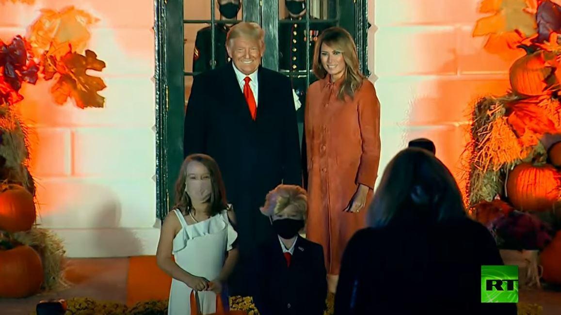 شاهد.. ترامب وزوجته يلتقيان شبيهيهما الصغيرين أثناء الاحتفال بعيد