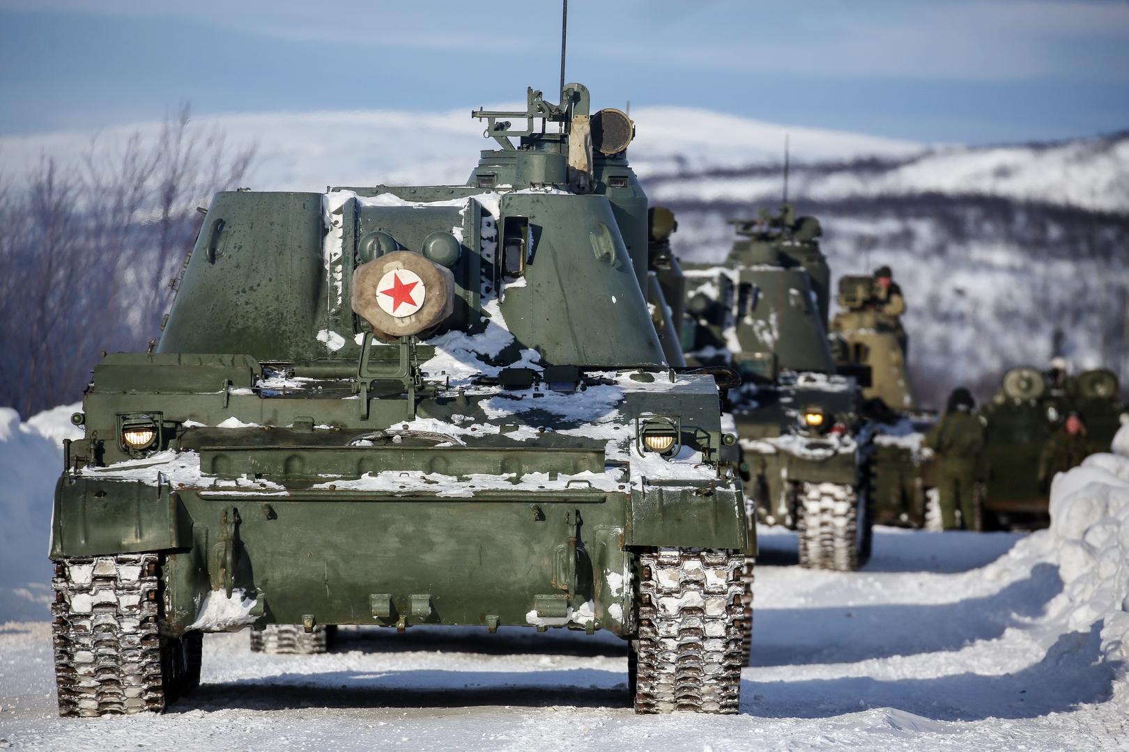 مدافع متنقلة ذاتية أثناء تدريبات للقوات الروسية في منطقة القطب الشمالي