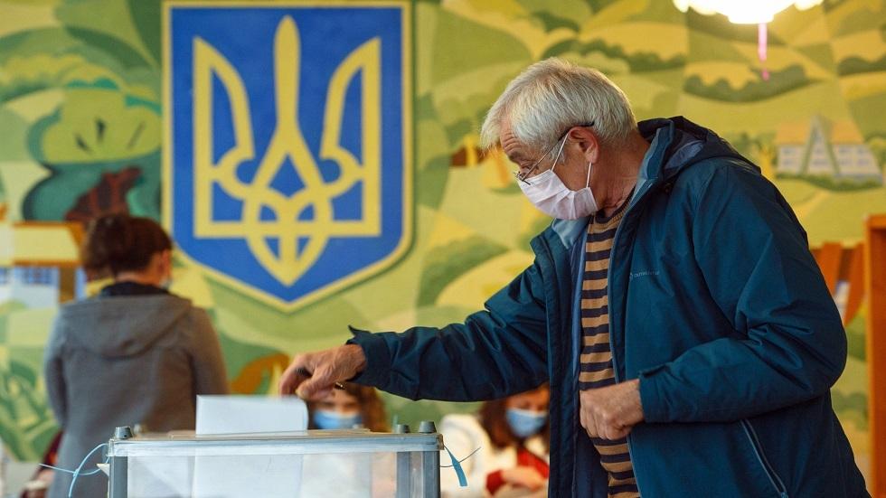 مواطن أوكراني أثناء الإدلاء بصوته في الانتخابات الأخيرة