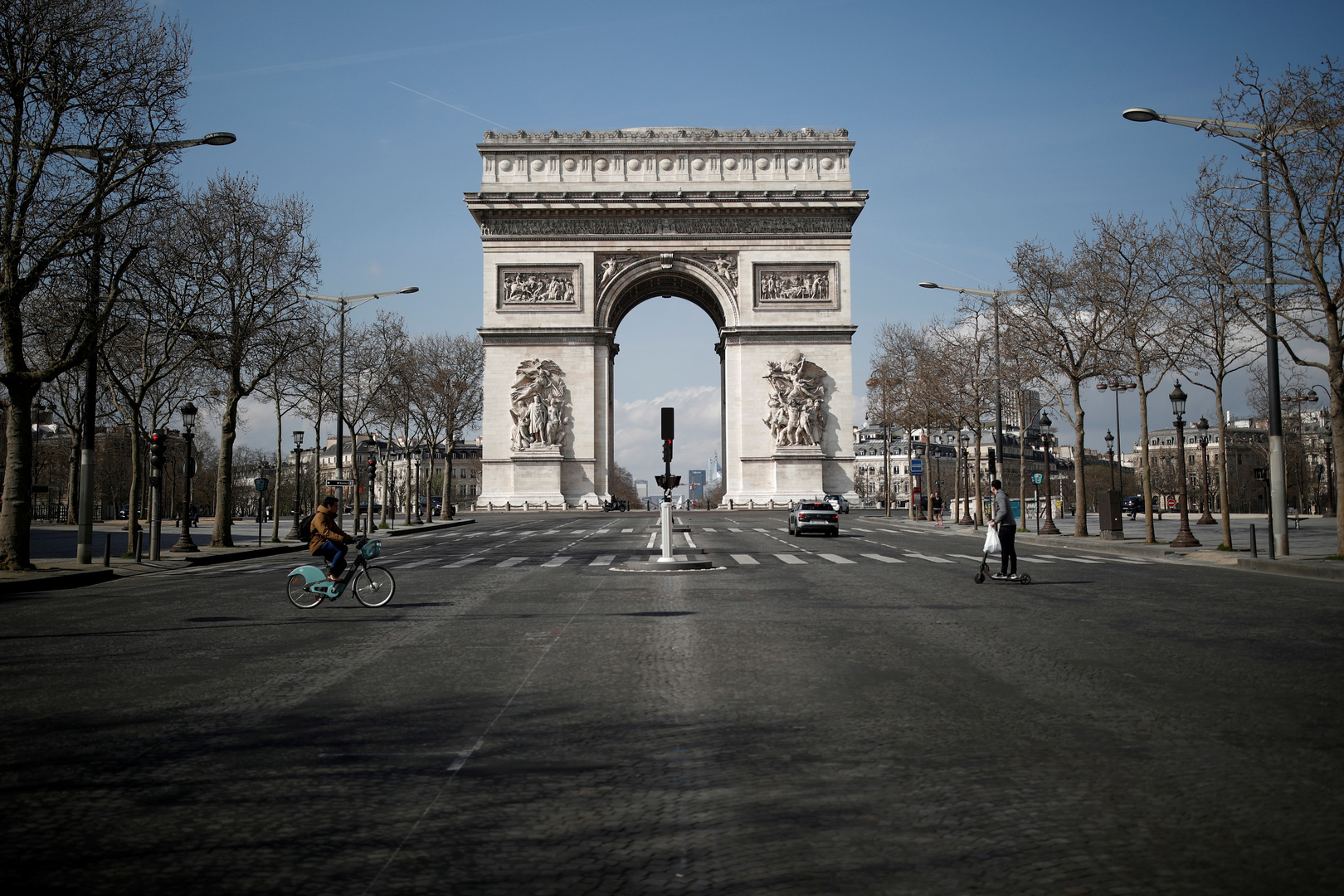 الشرطة الفرنسية تخلي منطقة قوس النصر في باريس بعد إنذار عن وجود قنبلة
