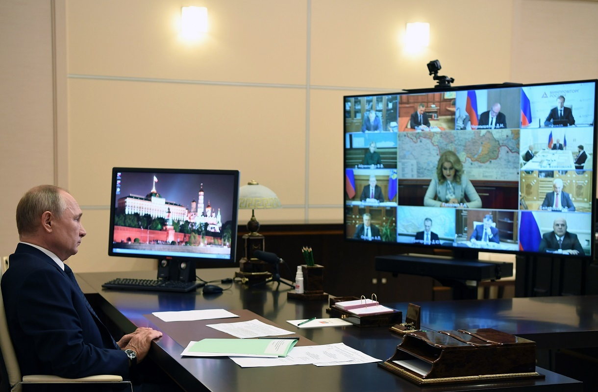 """الرئيس الروسي فلاديمير بوتين أثناء اجتماع عبر الفيديو مع أعضاء الحكومة من مقره """"نوفو - أوغاريوفو"""""""