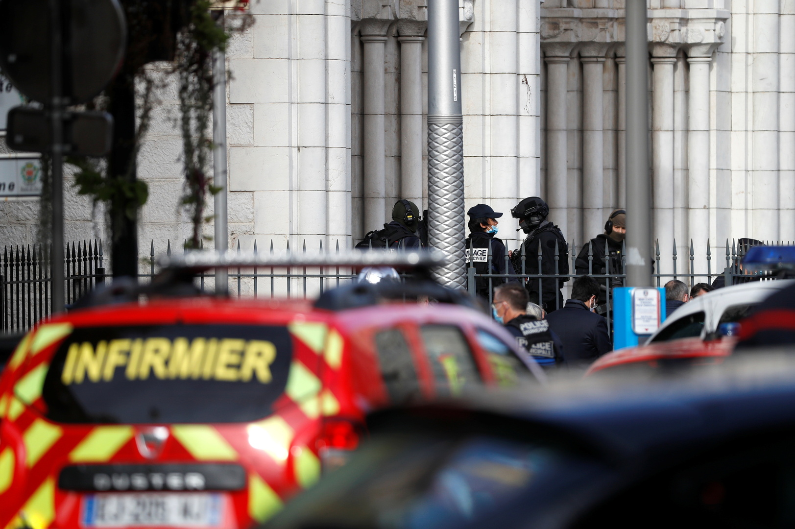 مصدر بالشرطة الفرنسية يتحدث عن قطع رأس امرأة بعد هجوم الطعن في نيس