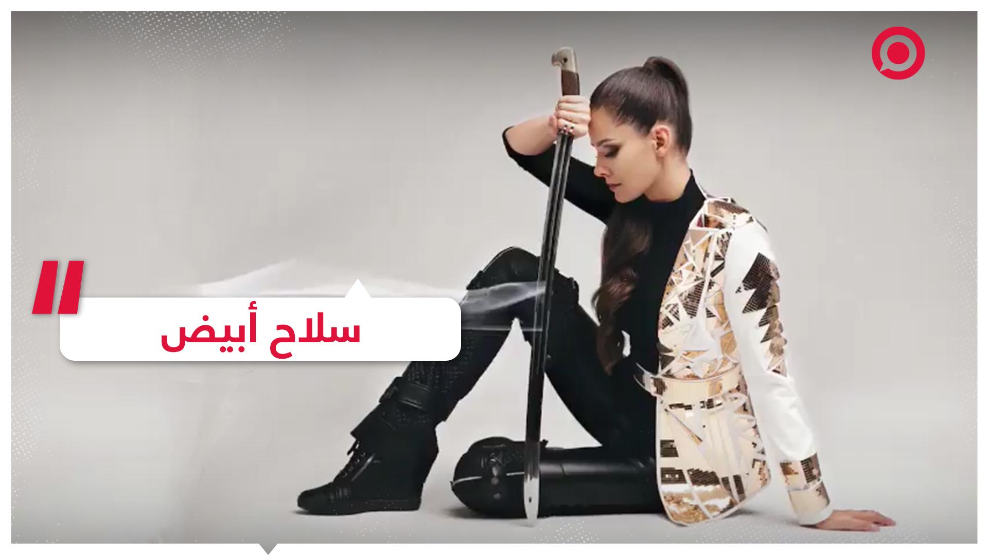شابة روسية تبدع في استخدام السيف