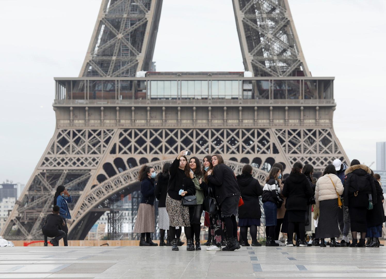 حكومة فرنسا توجه بارتداء الكمامات في المدارس ونقل كل الموظفين للعمل عن بعد قدر الإمكان