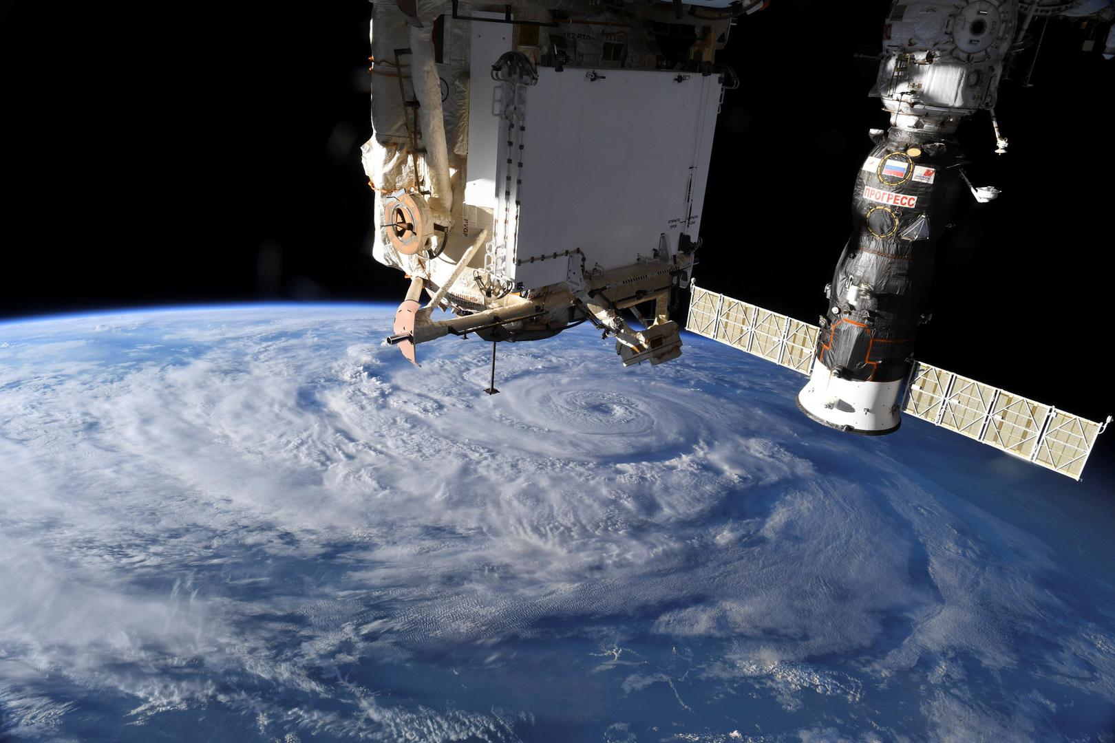طاقم المحطة الفضائية الدولية يحدد السبب المحتمل لظهور الشق فيها