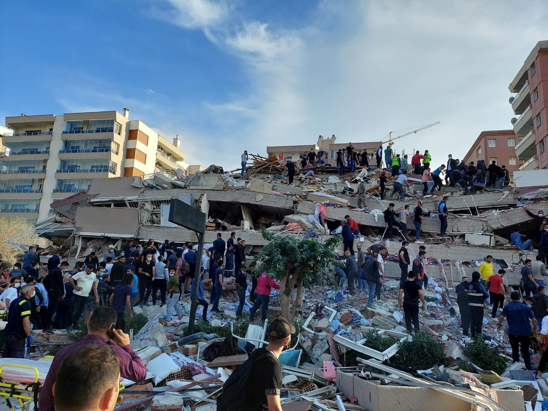 أنقاض مبان مدمرة في مدينة إزمير جراء زلزال ضرب غرب تركيا يوم 30 أكتوبر 2020.