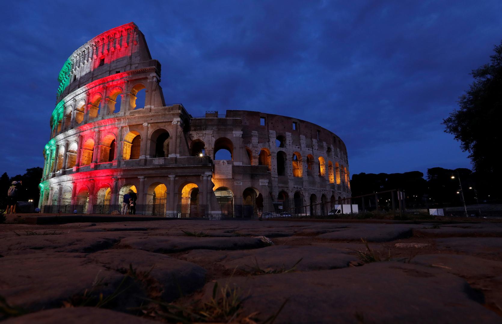 كولوسيوم روما المزين بألوان علم إيطاليا لإحياء ذكرى ضحايا جائحة فيروس كورونا (أرشيف).
