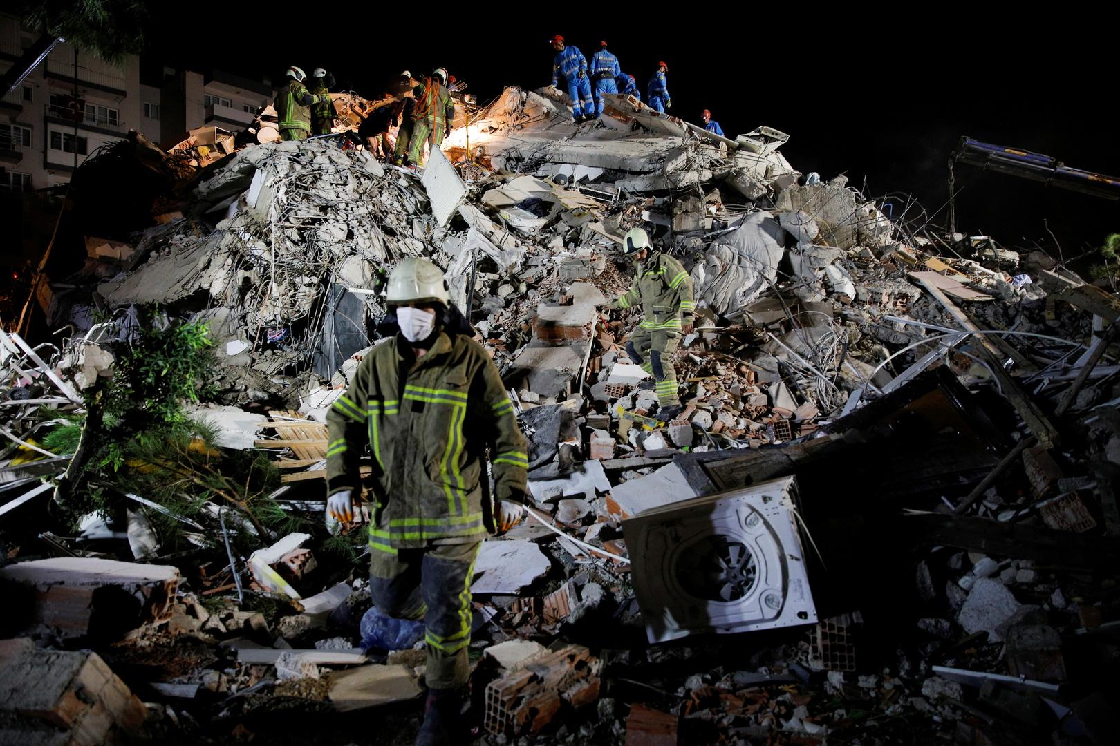 بقايا أحد المباني المتضررة من زلزال إزمير