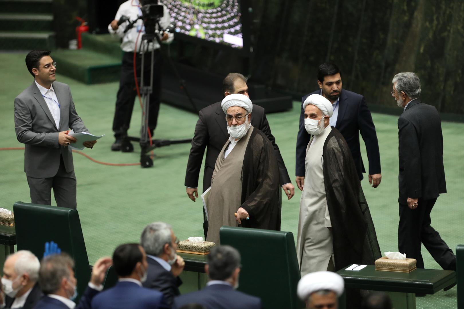 نواب إيرانيون يطالبون حكومتهم باستدعاء السفير الفرنسي