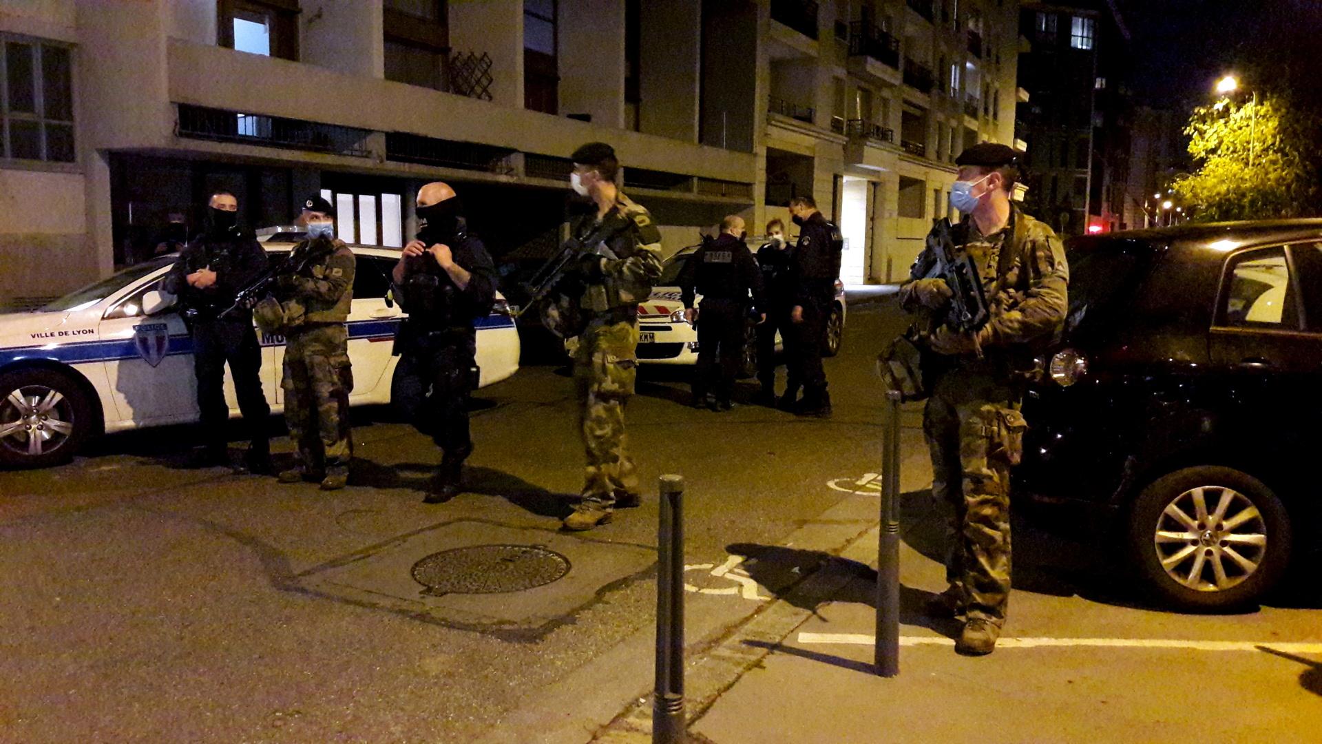 عناصر لقوات الأمن الفرنسية في موقع هجوم على كاهن مسيحي في مدينة ليون.