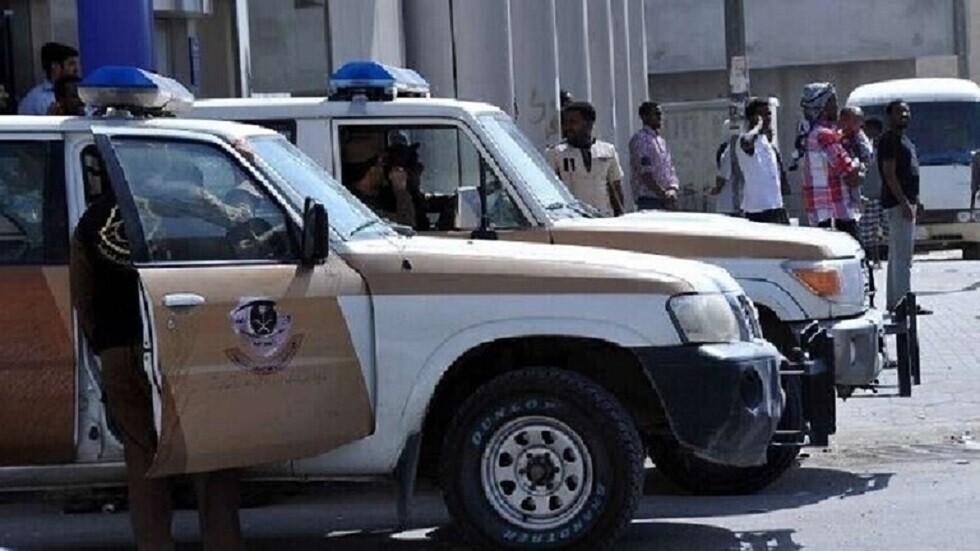 السعودية.. القبض على رجل يستقل دراجة نارية ومعه فتاة تشهر سلاحا ناريا