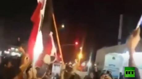 محتجون يحرقون علما عراقيا في شمال البلاد