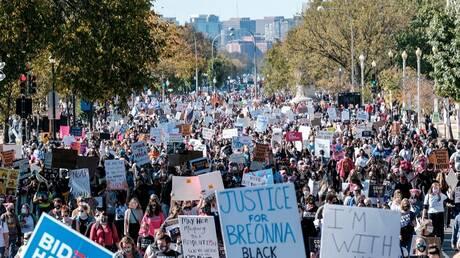 الآلاف في واشنطن يحتجون على مرشحة ترامب لعضوية المحكمة العليا