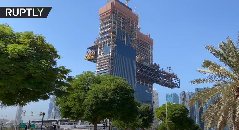 دبي.. استكمال عملية رفع أطول مبنى أفقي معلق في العالم