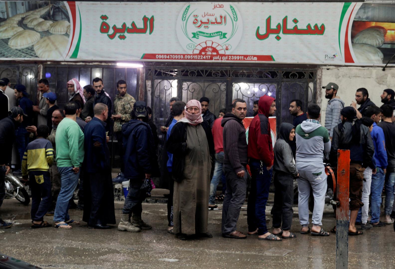 مواطنون سوريون ينتظرون دورهم لشراء الخبز في سوريا