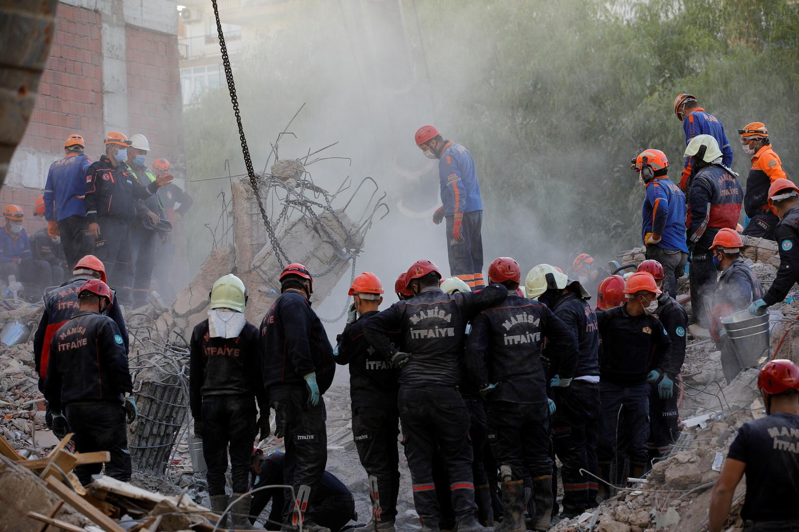 أعمال بحث عن ناجين في منزل مدمر في مدينة إزمير جراء زلزال ضرب غرب تركيا يوم 30 أكتوبر.