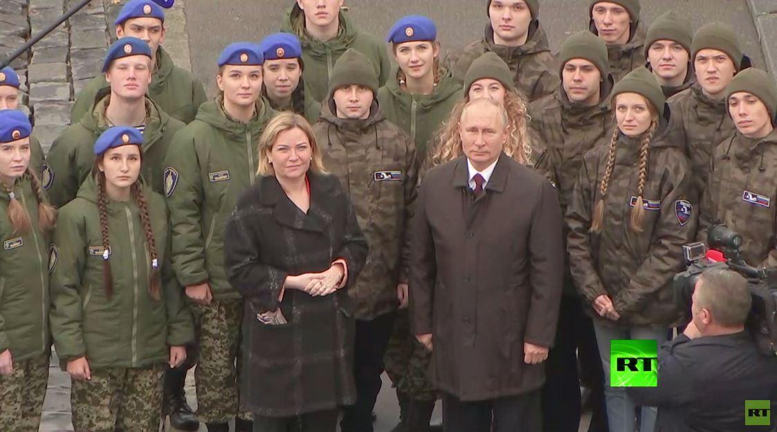 بوتين يضع إكليلا من الزهور أمام نصب أبطال روسيا بمناسبة عيد الوحدة الوطنية