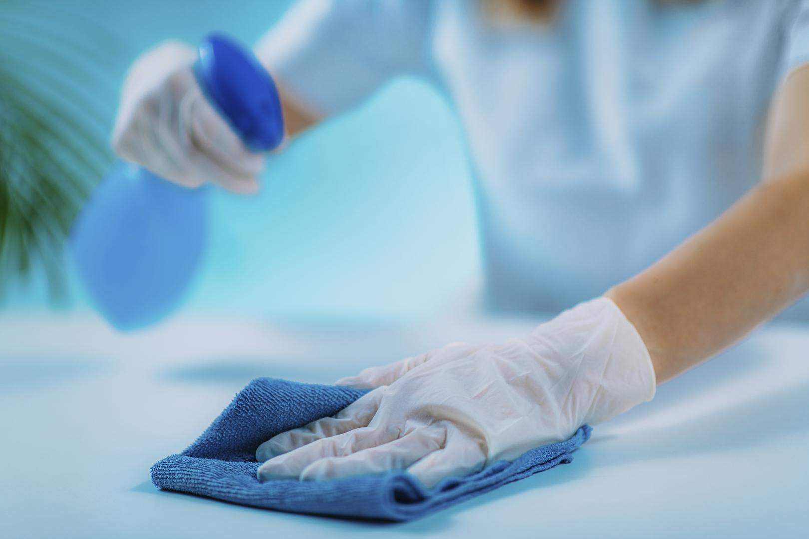 كم من الوقت تعيش فيروسات الإنفلونزا على الأسطح الصلبة والأقمشة والجلد؟