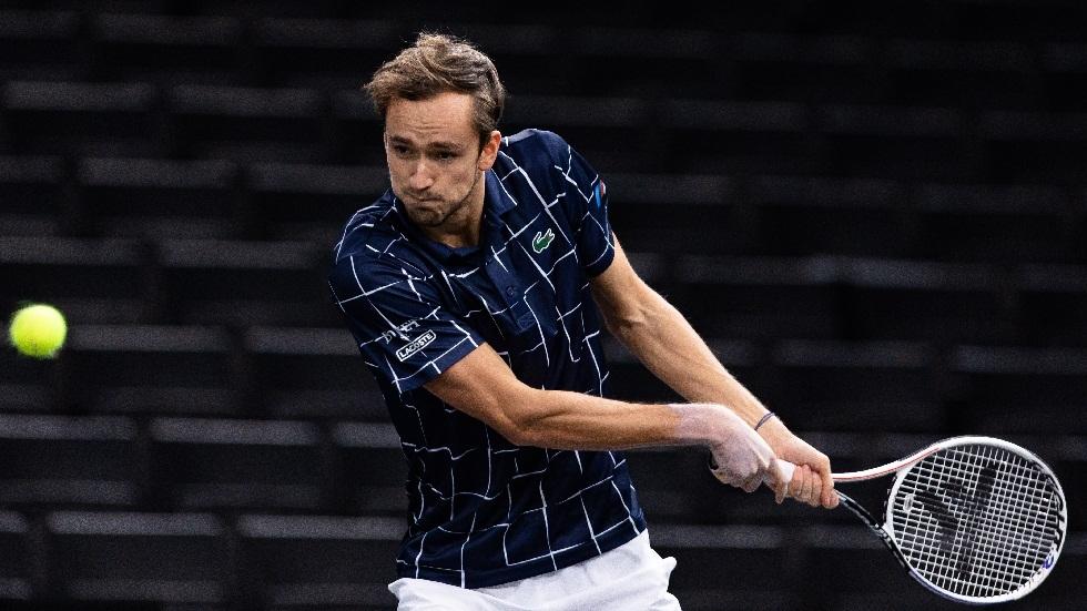 الروسي مدفيديف يبلغ ربع نهائي بطولة باريس لكرة المضرب