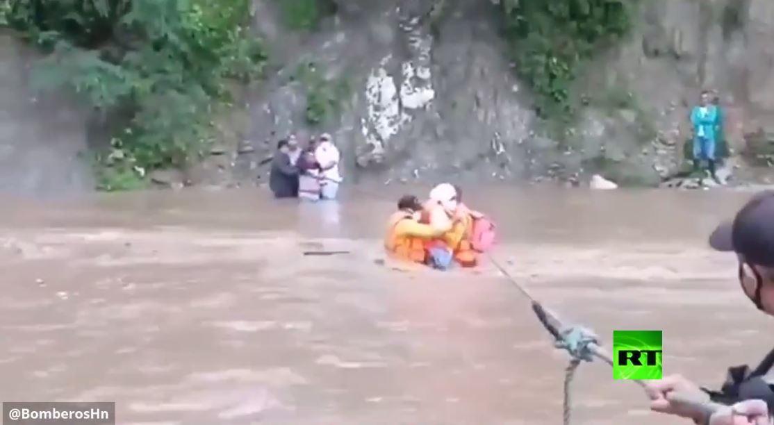بالفيديو.. عمليات الإنقاذ في هندوراس وسط الفيضانات بسبب إعصار إيتا