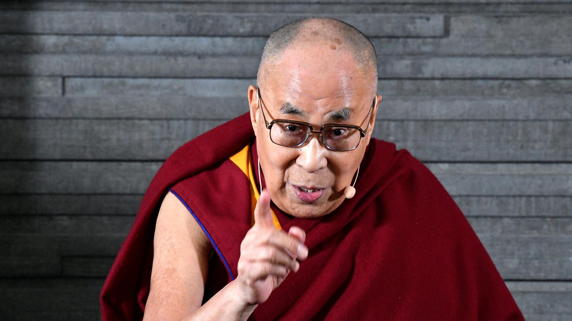 الدالاي لاما ينصح بترديد تعويذة محددة لمكافحة الوباء