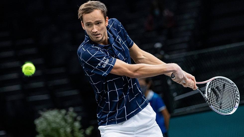 الروسي مدفيديف يتأهل للمربع الذهبي في بطولة باريس لكرة المضرب