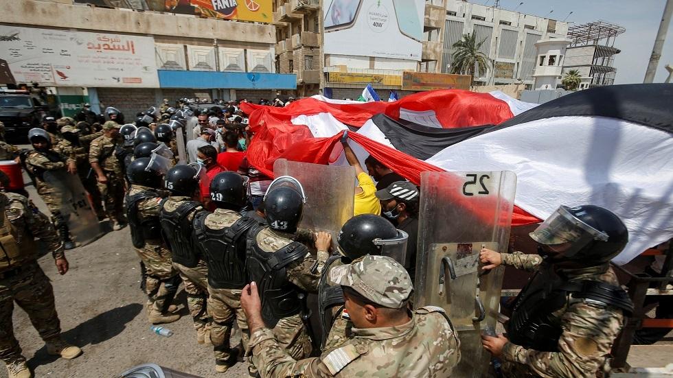 القوات الأمنية تمنع متظاهرين اثناء زيارة رئيس الوزراء للبصرة