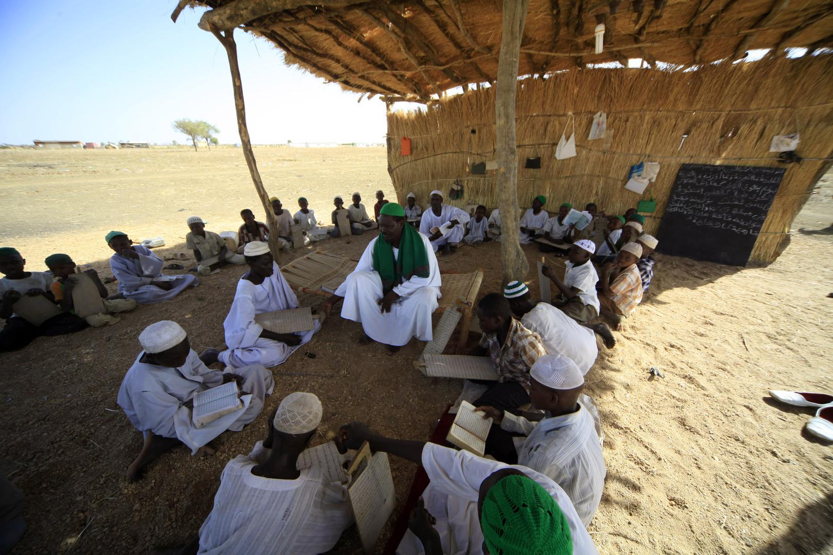 شيخ يعلم قراءة القرآن لتلاميذه، في السودان