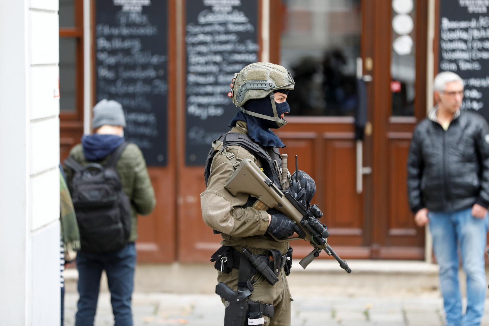 عنصر مسلح من القوات الخاصة النمساوية يحرس بالقرب من موقع هجوم مسلح في فيينا
